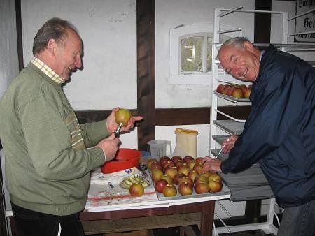 Heino Grantz und Jokkel Brümmer machen Bratäpfel